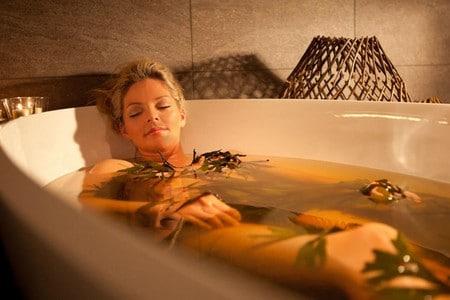 Женщина принимает ванну с травами