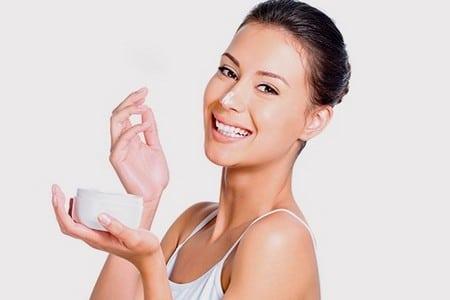 Женщина с баночкой крема