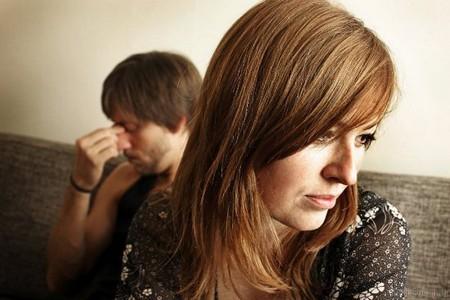 Женщина сидит возле мужчины