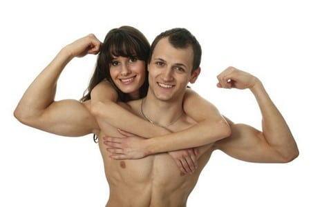 Женщина висит на шее у сильного мужчины