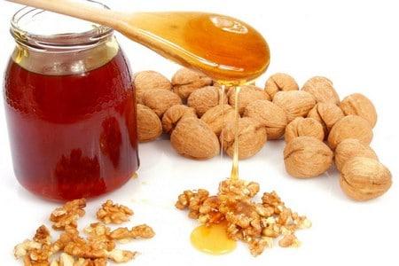 Грецкие орехи и банка меда