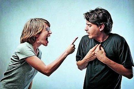 Женщина ругает мужчину