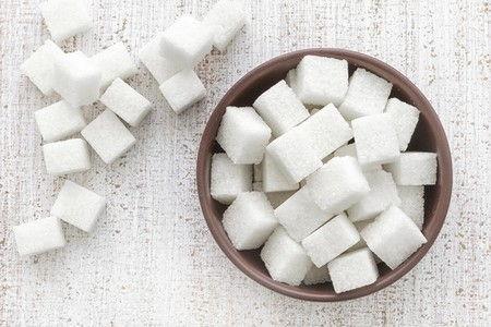 Кубики сахара в тарелке