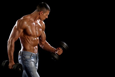 Мускулистый мужчина с гантелями
