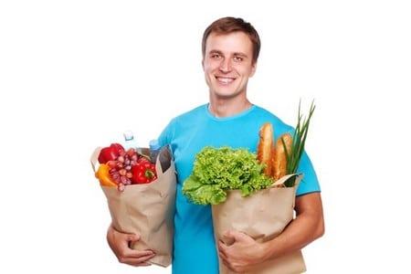 Мужчина с пакетами продуктов