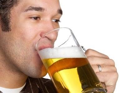 Мужчина пьет пиво