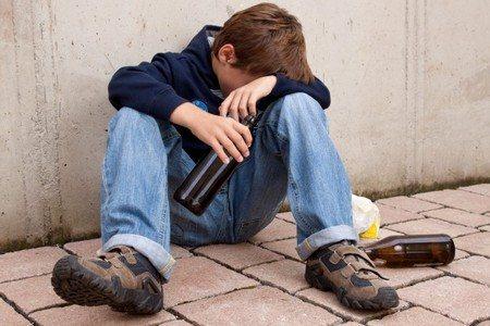 Подросток с бутылкой пива