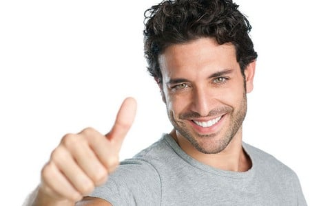 Здоровый мужчина улыбается