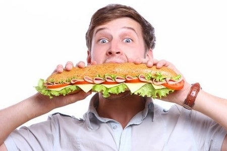 Мужчина кушает