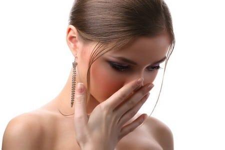 Женщина прикрывает лицо