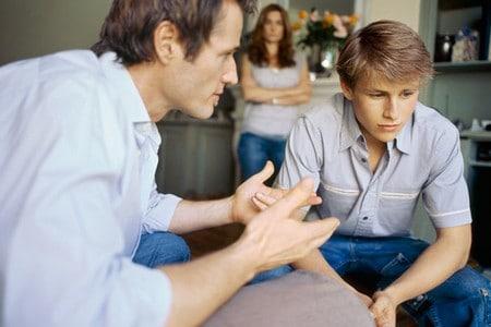Родители разговаривают с подростком