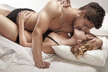 Мужчина с женщиной в кровати