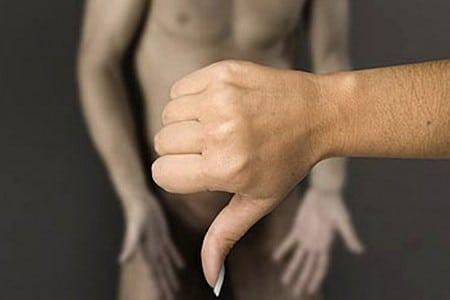 Рука перед мужчиной