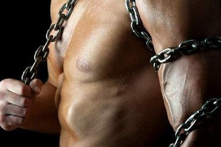 Мужчина обмотанный цепью