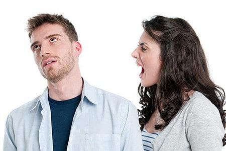 Женщина кричит на мужа
