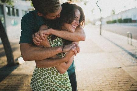 Мужчина обнимает женщину