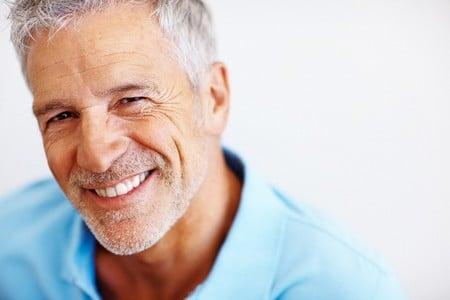 Счастливый мужчина улыбается