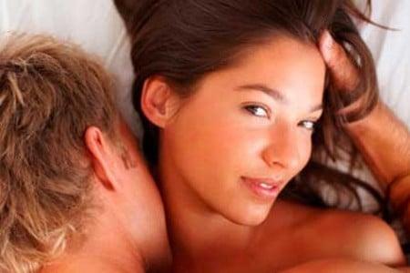Мужчина целует женщину в шею