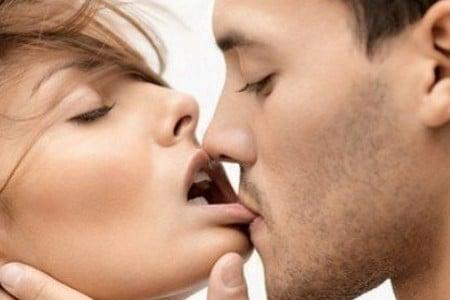 Мужчина целует женщину за губу
