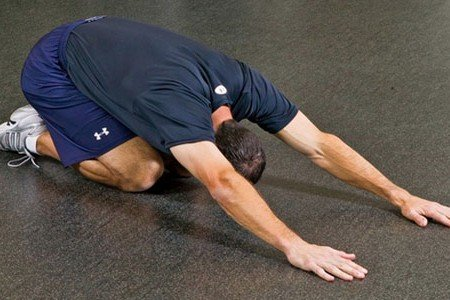 Мужчина делает упражнение