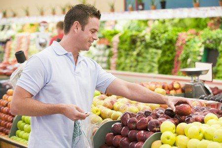 Мужчина выбирает фрукты