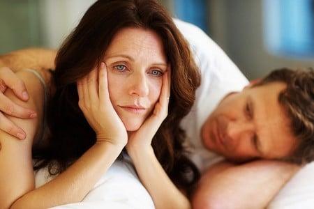 Мужчина лежит возле женщины