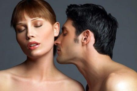 Мужчина нюхает женщину