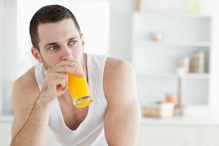 Мужчина со стаканом сока