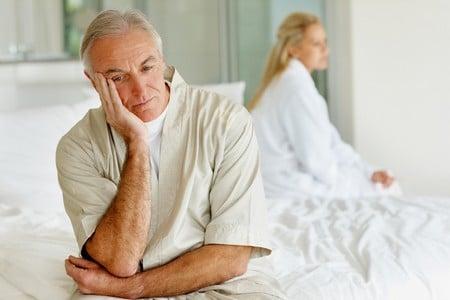 Мужчина сидит на кровати
