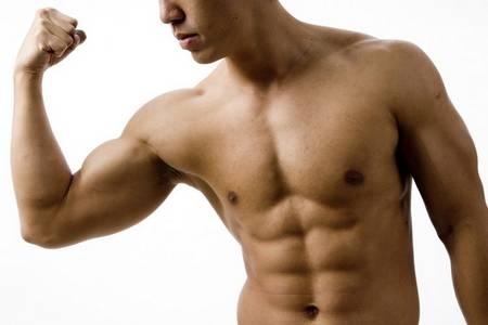мужчина с мускулами