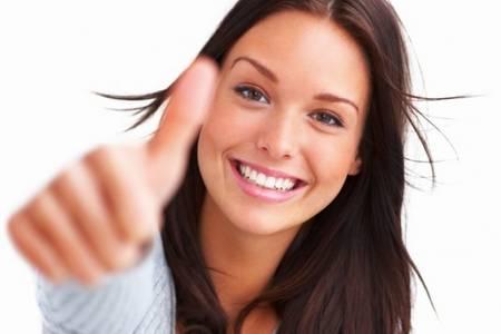 девушка держит палец вверх